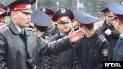 Полицейские во время собрания оппозиционных активистов. Алматы, 11 апреля 2010 года.