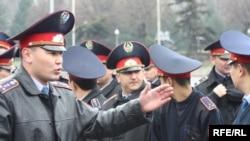 Казак полициясы Алматы шаарындагы митингге байкоо салууда. 11-апрель 2010.