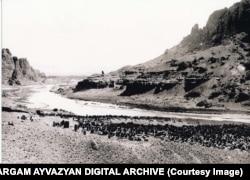 Фотография, запечатлевшая часть кладбища. Дата неизвестна. На правом берегу реки — Иран. Река Арас служит международной границей.