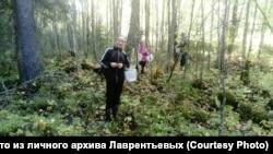 Анжела и Лина с папой в лесу
