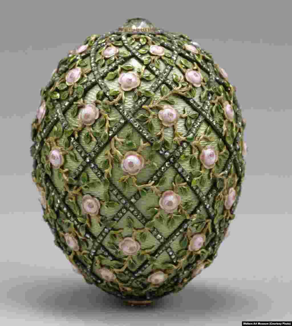 1907 წელს შექმნილი, ღია მწვანე მინანქრით დაფარული ეს კვერცხი სამაღლით 7,7 სანტიმერია. მას ალმასის სალტეები და ვარდის კოკრები ამშვენებს.