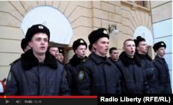 Курсанти Академії військово-морських сил імені Нахімова співають український гімн, Севастополь, 21 березня 2014 року