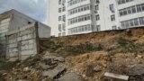 Обрушившаяся в 2019 году парковка у дома №2Б по проспекту Победы в Севастополе. Фото – апрель 2021 года