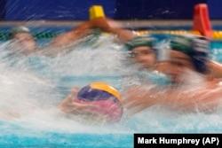 Lojtarët e ekipeve të Hungarisë dhe Japonisë në water polo, në Tokio këtë vit.