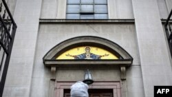 Vernica izlazi iz crkve u Beogradu