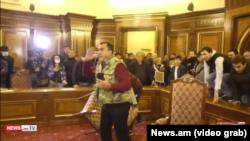 Bitim imzolangani ortidan Yerevanda minglab norozilar hukumat uyiga bostirib kirdi