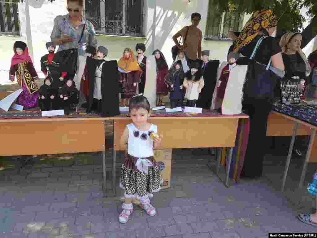 В последние годы в Дагестане стал востребованным этностиль. Не обошла тенденция и производителей игрушек. Куклы в национальной одежде народов Дагестана.