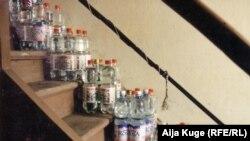 Бутылки с водой в белградском доме Куге, на случай тушения пожара при бомбардировке