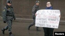 Пикет с требованием к властям соблюдать 282-ю статью УК и не разжигать ненависть к представителям ЛГБТ-сообщества, Москва, апрель 2012 года
