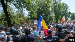 Ciocniri între forțele de poliție și protestatri joi în fața Parlamentului