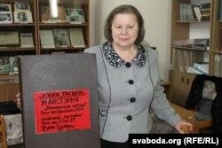 Дырэктар БДАМЛіМ Ганна Запартыка з альбомам Вячкі Целеша.