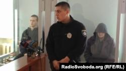 Виктор Агеев (справа) все заседание провёл в капюшоне