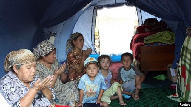 Ош оқиғасынан кейін шатырды паланап отырған өзбек отбасы. Қырғызстан, 20 тамыз 2010 жыл.