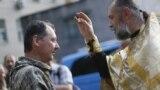 Священник Московского патриархата благословляет российского полковника Игоря Гиркина (Стрелкова), который в то время был одним из главарей группировки «ДНР», которая в Украине признана террористической. Оккупированный Донецк, 10 июля 2014 года