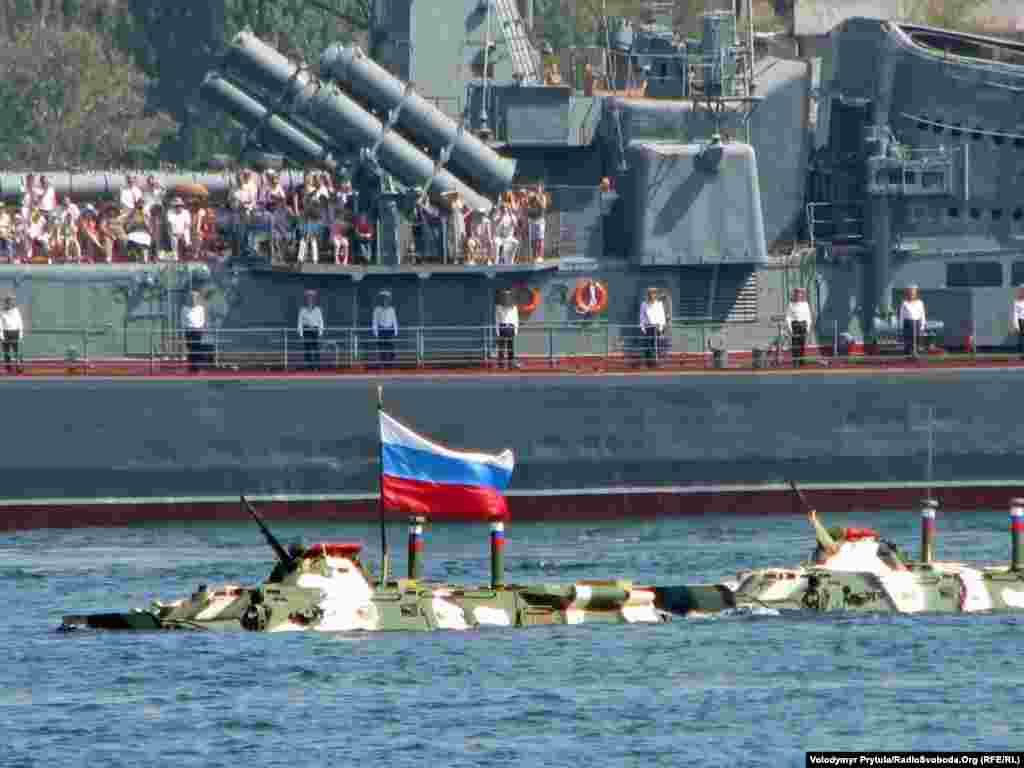 Російські БТРи під час показового десанту