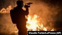 Torino, Italia - Confruntări violente în timpul protestelor împotriva noilor restricții impuse de guvernul italian