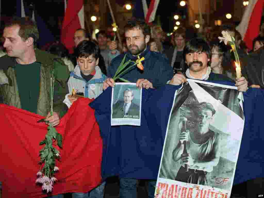دانشجویان جوان با شعار «راستی برنده است» با تصویر واتسلاو هاول، ۱۷ دسامبر ۱۹۸۹ در میدان واتسلاو در پراگ