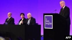 Джон Чілкот (праворуч) під час доповіді, 6 липня 2016 року