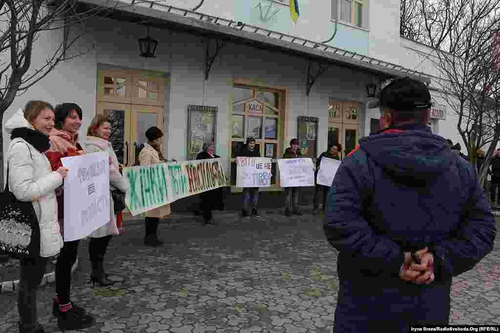 На площі Театральній в Ужгороді жінки вийшли з мирною акцією за свої права