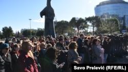 Na platou u Univerzitetskom parku u Podgorici okupilo se, u znak podrške, oko stotinu građana i građanki