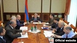 Президент Армении Серж Саргсян проводит совещание, 20 июля 2011 г. (фотография из пресс-службы президента Армении)