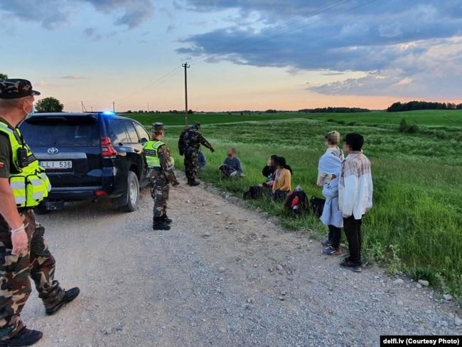 Беженцы, пойманные после нелегального пересечения белорусско-литовской границы