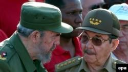 فیدل در کنار برادر، وزیر سابق دفاع و جانشین خود، رائول کاسترو.