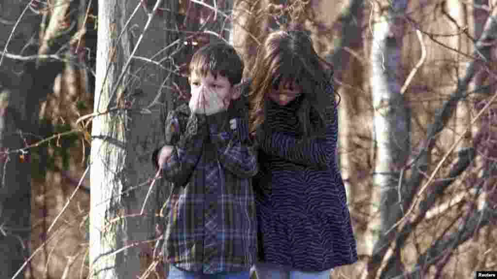 Copii după atacul sîngeros de la Școala elementară Sandy din Newtown, Connecticut, la 14 decembrie 2012