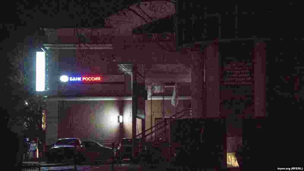 Банки та їхні відділення по всьому Сімферополю освітлюються і перебувають під посиленою охороною