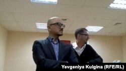 ЛГБТ-активист Александр Ермошкин (слева) и его адвокат в суде в Хабаровске, 16 мая 2014