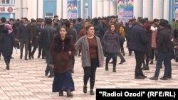 Duşenbäniň uniwersitetinde okaýan özbegistanly studentler hökümet çagyryşyna jogap edip, öz ýurdunda okamagy dogry tapýarlar. 2020-nji ýylyň 11-nji fewraly.