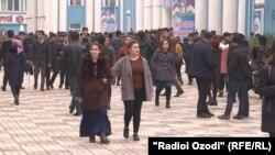 Узбэцкія студэнты ў сталіцы Таджыкістану Душанбэ