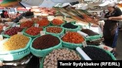 Кыргызстандын базарындагы товарлар.