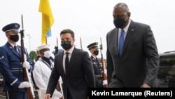 U.S. Defense Secretary Lloyd Austin (right) escorts Ukrainian President Volodymyr Zelenskiy into the Pentagon on August 31.