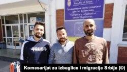 Basman (u sredini) i Husein (desno) ispred Prihvatnog centra u Bujanovcu