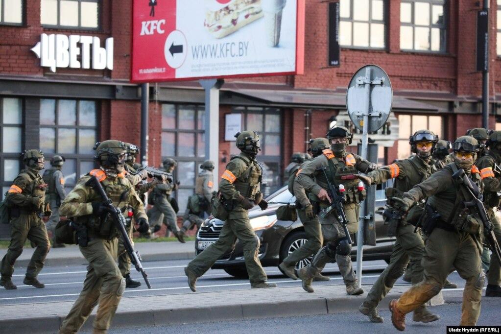 Узброеныя сілавікі стралялі па мірных пратэстоўцах у раёне вуліцы Кальварыйскай у Менску. 10 жніўня