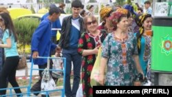 "Aşgabadyň ""Jygyldyk"" bazaryndaky türkmen zenanlary."