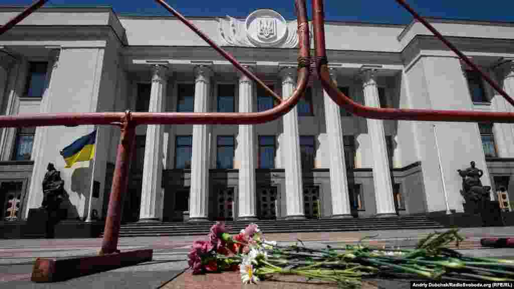 Учасники акції поклали перед парламентом квіти на знак вшанування пам'яті чотирьох нацгвардійців, які загинули внаслідок вибуху гранати під час заворушень серпня 2015 року