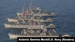 نیروی دریایی آمریکا میگوید برای پرهیز از هرگونه سوءتفاهم، کاهش ریسک و جلوگیری از بروز تنش ناخواسته این عملیات را از پیش به وزارت دفاع روسیه اطلاع داد.