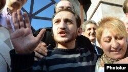 Освобожденный по амнистии Тигран Аракелян выходит из здания Апелляционного суда, 14 октября 2013 г․