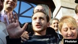 Հայաստան - Ընդդիմադիր ակտիվիստ Տիգրան Առաքելյանը՝ ազատ արձակվելուց անմիջապես հետո, Երևան, 14-ը հոկտեմբերի, 2013թ․