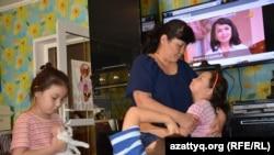 Амангуль Ешпанова в окружении детей. Актобе, 30 июля 2016 года.