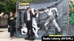 """Плакат """"Международной амнистии"""" в Москве для напоминания о Международном дне пыток"""