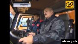Лукашэнка: за стырном БелАЗу, матацыклу, камбайну і ровара