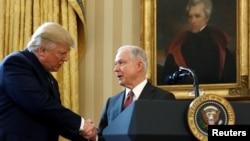 Rukovanje Donalda Trumpa i Jeffa Sessionsa u Bijeloj kući, fotoarhiv