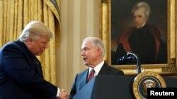 Жефф Сешнс башкы прокурор катары Ак үйдө ант бергенден кийин аны Дональд Трамп куттуктоодо. 9-февраль, 2017-жыл.