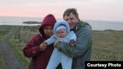 Мёрдо Маклеад жубайы Гүлжамал Шерипканова, уулу Аманат-Жонатан менен, Шотландия, 2010.