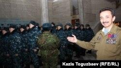 Мурат Абдушкуров (справа) председатель координационного совета общественных объединений ветеранов войны в Афганистане при городском акимате. Алматы, 5 февраля 2014 года.