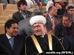 Дар акс: Равил Ғайнутдин, муфтии мусулмонҳои Русия (аз тарафи рост)