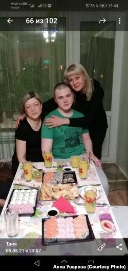 Никита Уваров дома с родственниками после выхода из Сизо